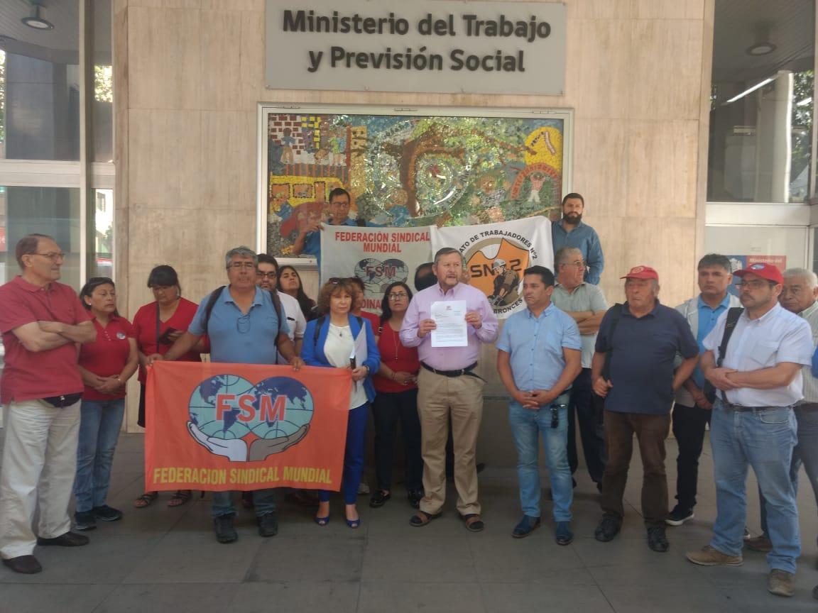 Frente Unitária de Trabalhadores do Chile entrega ao presidente do Chile, Sebastián Piñera