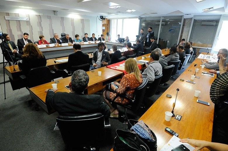 Imagem de Senador Paim e  juízes apresentam 'nova CLT'