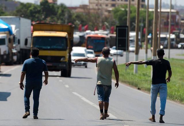 Imagem de CNTTL/CUT orienta caminhoneiro a chamar a polícia rodoviária em bloqueios