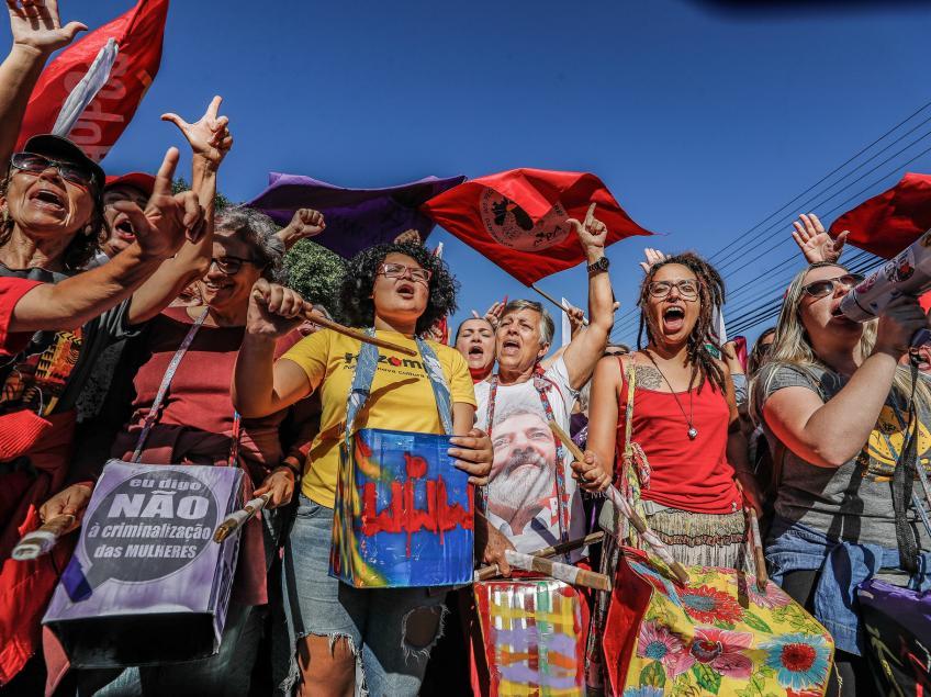 Imagem de #NósSomosLula Lula se emociona com cartas e consegue ouvir manifestações de apoio do lado de fora da prisão