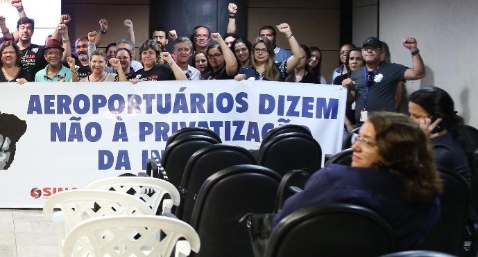 Imagem de Pernambuco: Em defesa da Infraero, aeroportuários recebem deputados estatuais no Aeroporto de Recife para argumentar contra a privatização