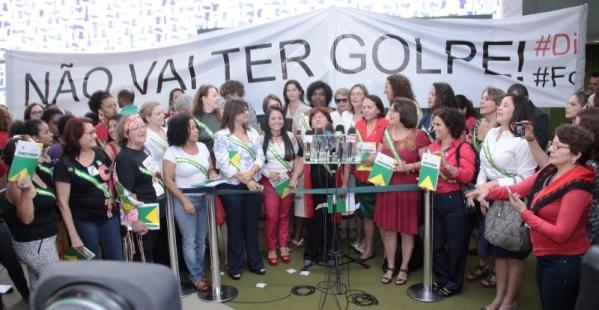 Imagem de Mulheres formam frente de resistência contra o golpe