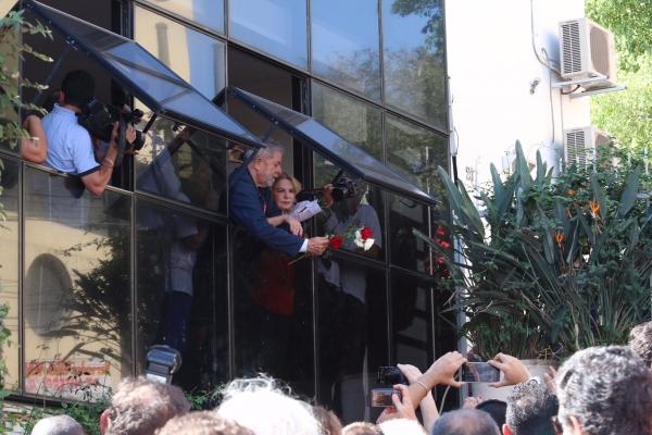 Imagem de SP: Lula recebe flores e solidariedade em seu instituto