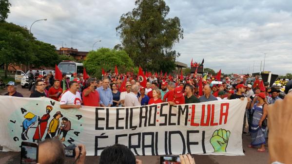 Imagem de Porto Alegre: Trabalhadores tomam ruas em defesa da democracia e do direito de Lula ser candidato