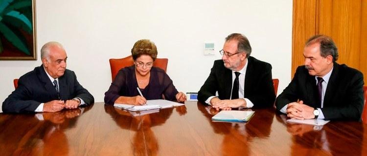 Imagem de Dilma sanciona sem veto nova Lei do Caminhoneiro