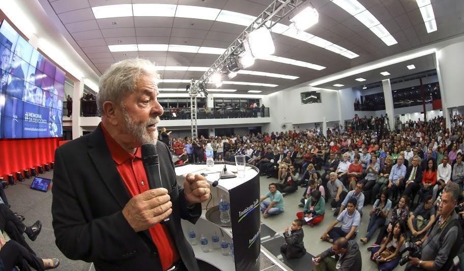 """Imagem de Lula: """"Celebrar a democracia é lutar para manter direitos"""""""
