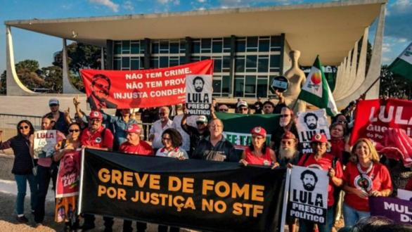 Imagem de #LulaLivre Grevistas de fome fazem ato religioso em frente à casa de Fachin