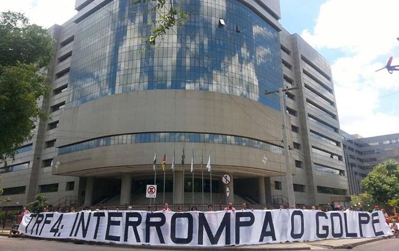Imagem de Porto Alegre: Manifestação relâmpago na sede do TRF4, pede o fim do golpe