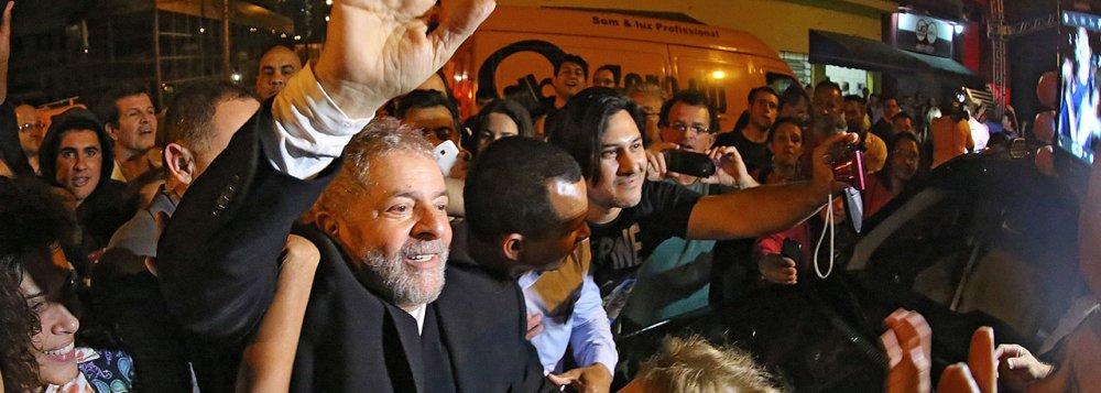 """Imagem de """"Nenhum presidente tem o caráter e compromisso de Dilma"""", afirma Lula"""