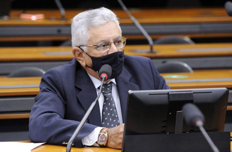 Imagem de Comissão aprova isenção de taxas de renovação de CNH para idosos e caminhoneiros de baixa renda