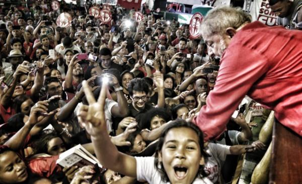 Imagem de Para desespero dos golpistas, Lula dispara nas pesquisas