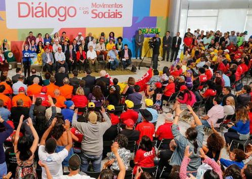Imagem de Dilma se reúne com movimentos e apresenta proposta de plebiscito