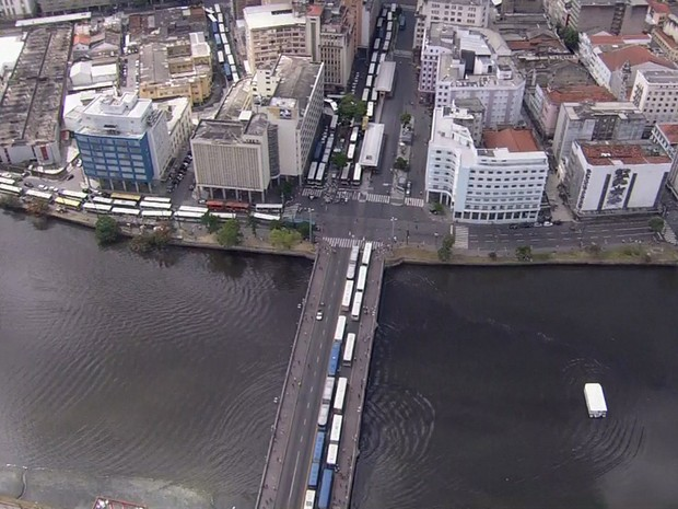 Imagem de Recife: Rodoviários bloqueiam trânsito contra o PL 4330