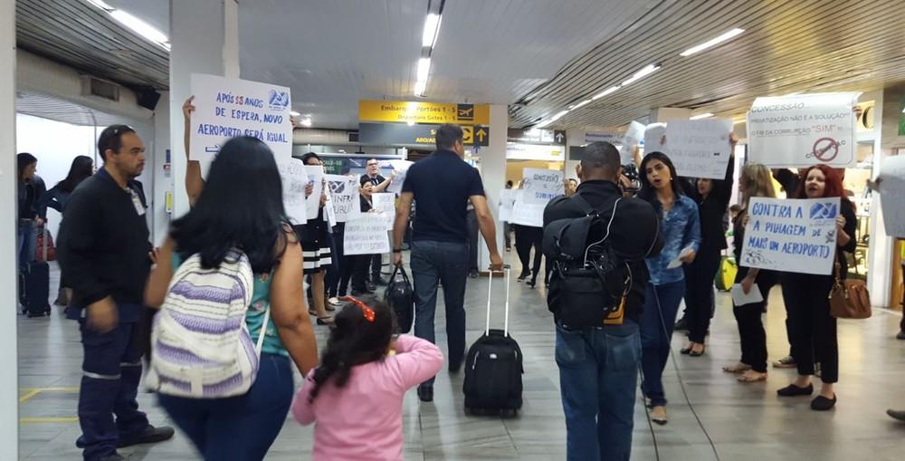 Imagem de Vitória: Contra privatização, aeroportuários na Infraero realizam protesto no saguão de embarque