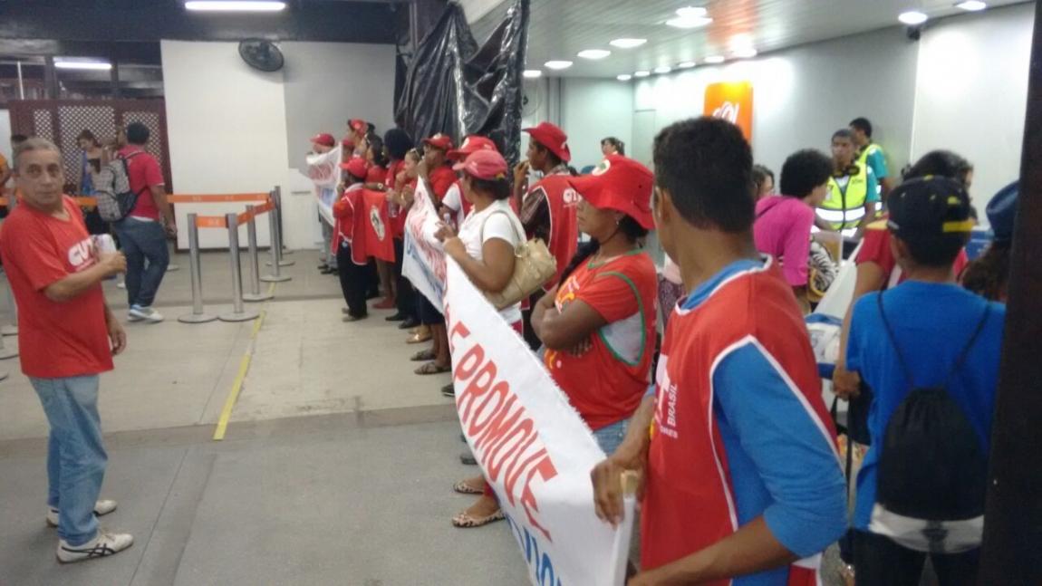 Imagem de Bahia: Contra demissões, aeroviários param aeroporto de Porto Seguro