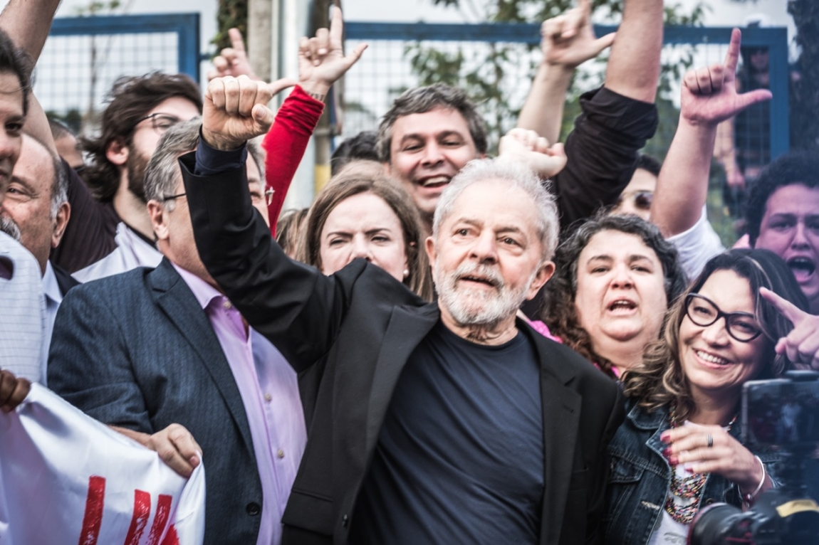 Imagem de Lula Livre! Lula sai sede da Polícia Federal em Curitiba