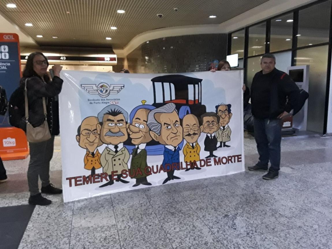 Imagem de Aeroviários de Porto Alegre e Guarulhos participam de protestos para pressionar  deputados a aceitar denúncia contra Temer