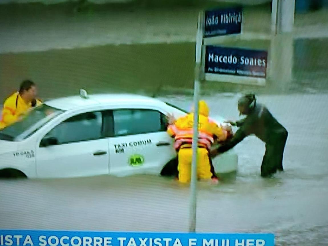 Imagem de São Paulo: Agentes de trânsito auxiliam pedestres e motoristas nas fortes chuvas