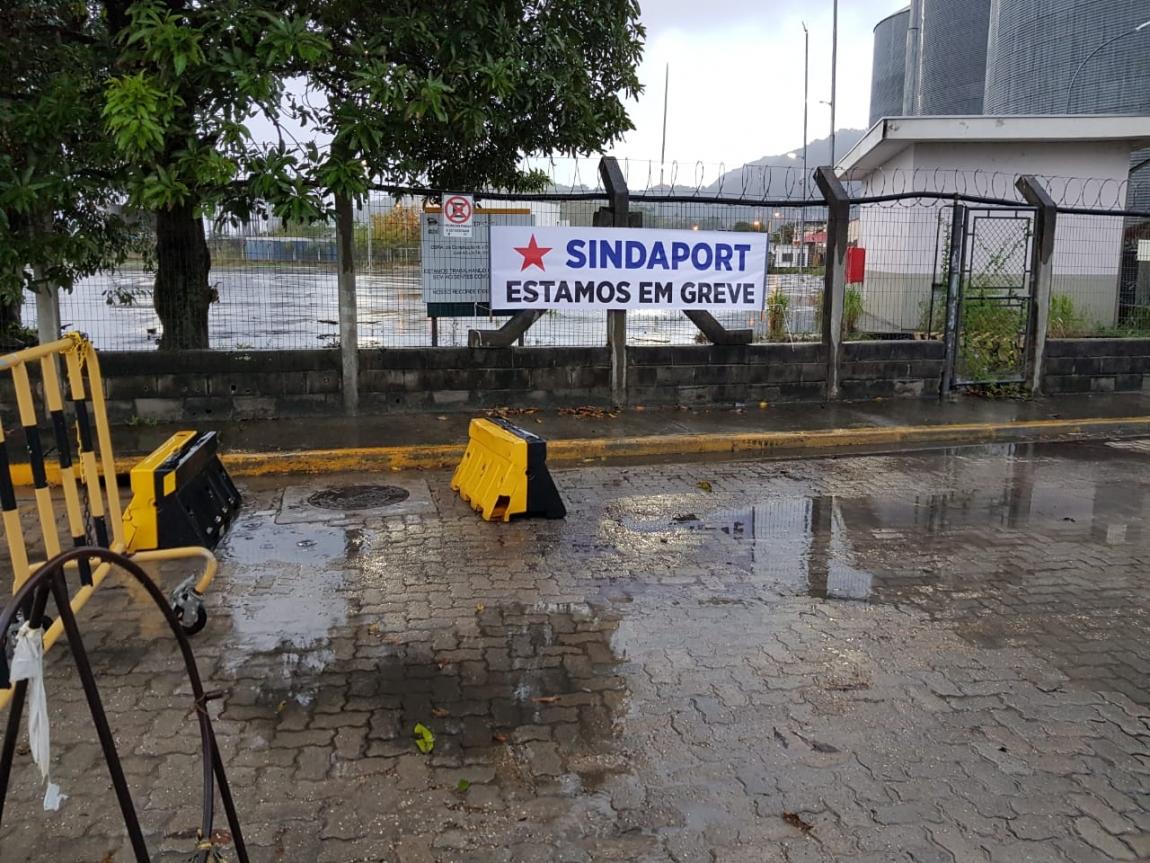 Imagem de São Sebastião (SP): Sem reajuste salarial, portuários cruzam os braços