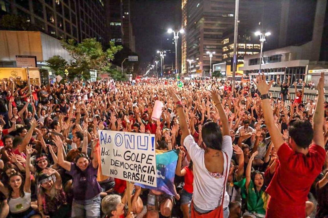 Imagem de Manifestação contra o golpe reúne milhares na avenida Paulista