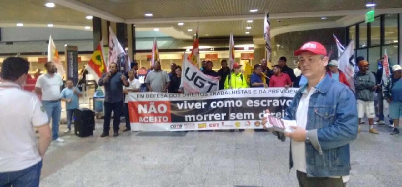 Imagem de Porto Alegre: Aeroviários no Salgado Filho participam de ato contra Reforma da Previdência