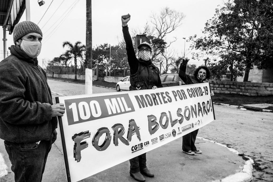 Imagem de Brasil tem novo dia com mais de mil mortos pela covid-19. Fiocruz alerta: em três meses, serão 200 mil