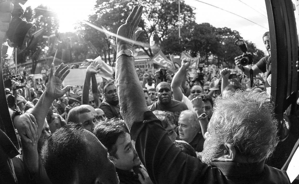 Imagem de Mexeu com Lula, mexeu comigo: Milhares de pessoas fazem vígila na casa de Lula