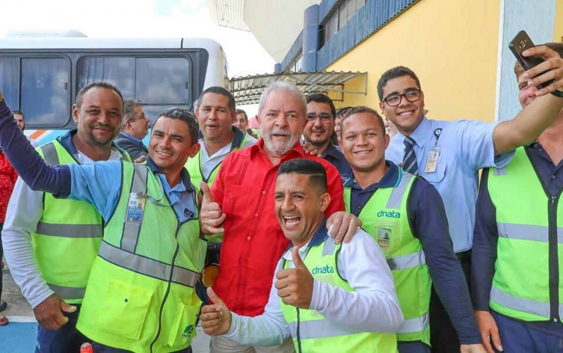 Imagem de Aeroportuários e aeroviários recepcionam Lula calorosamente no aeroporto da Paraíba