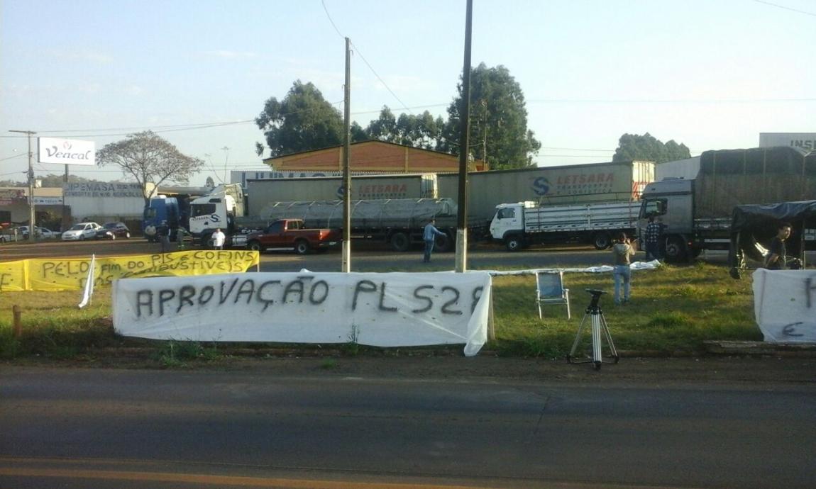 Imagem de Caminhoneiros continuam em greve em todo o país